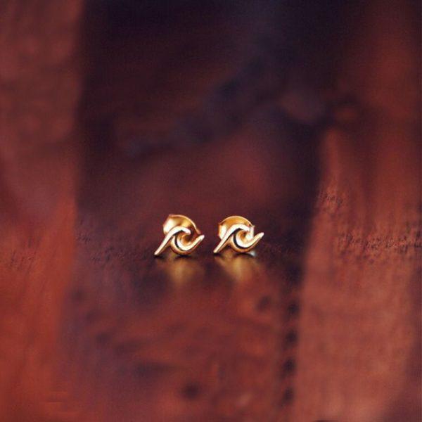 Gold wave stud earrings